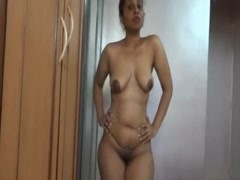 SEXY INDIAN MILF LOVES TO SHOW HER NUDE BODY Thumb