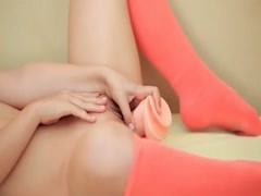 Teenager toy bangs her cute little pussy Thumb