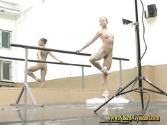 Nude ballerina teen on point and doing splits Thumb