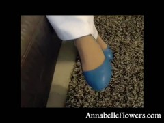 Bleached amateur milf Annabelle Flowers gives a footjob Thumb
